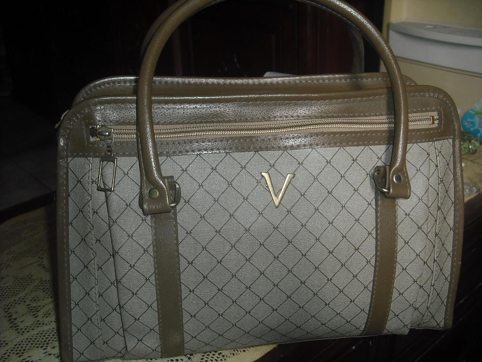 谁知道有一个品牌的包 上面图标是V的