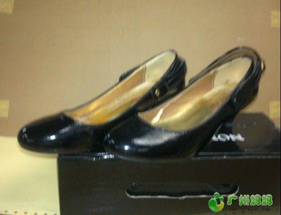 黑色圆头高跟鞋,细鞋跟,跟高4CM.可两穿,鞋带可放前边作丁字